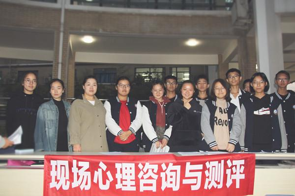 学校心理健康教育中心焦瑞琼老师和学生合影.jpg