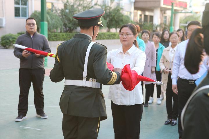 郑州57中党委书记、校长李宇红授旗。.JPG