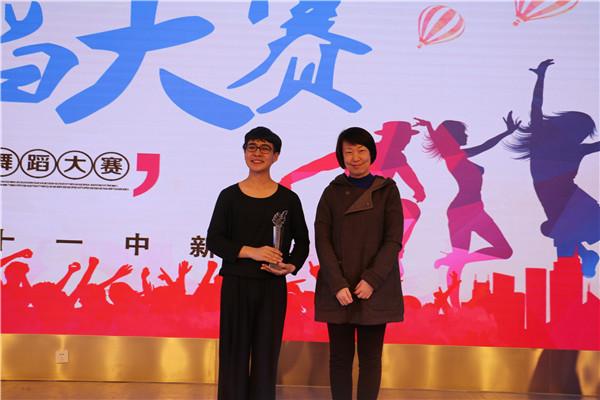 学校副校长张磊为一等奖获奖同学玉米提江颁发奖杯.jpg