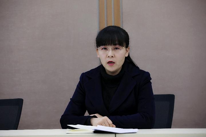 教科室副主任姜春春主持活动.jpg