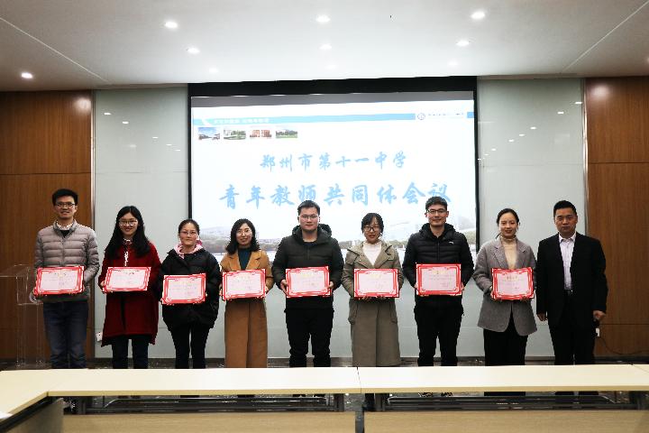 郭勤99真人用什么浏览器长给获奖的老师颁奖.JPG