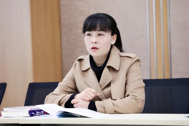 教科室副主任姜春春主持会议.jpg