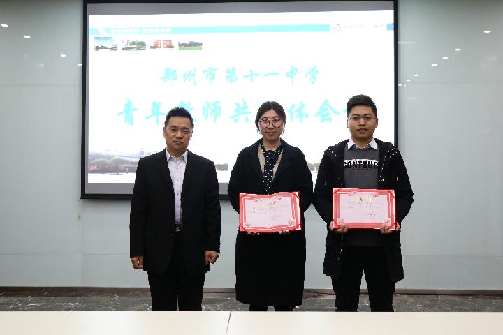 郭勤99真人用什么浏览器长给一等奖获得者颁奖.JPG