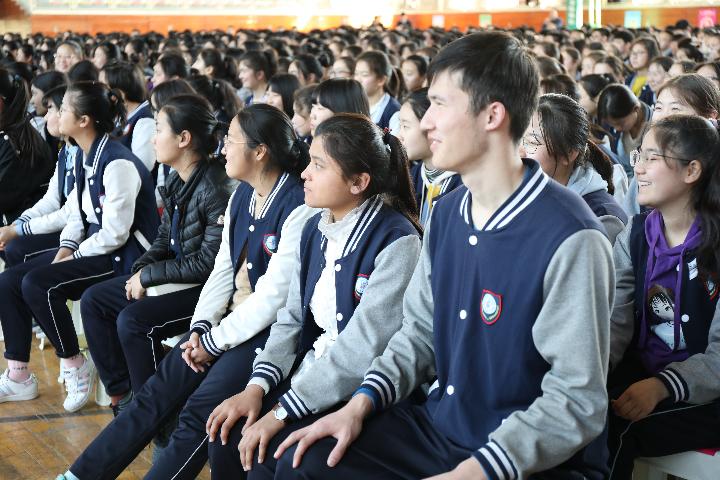 同学们认真聆听.JPG
