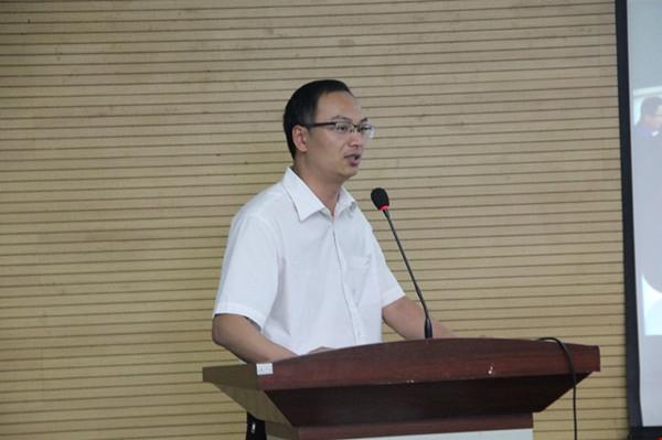 政教处副主任李林做《养成教育系列谈》主题分享.jpg