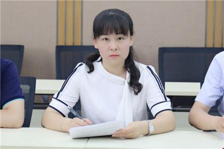 教科室副主任姜春春主持开班典礼.jpg
