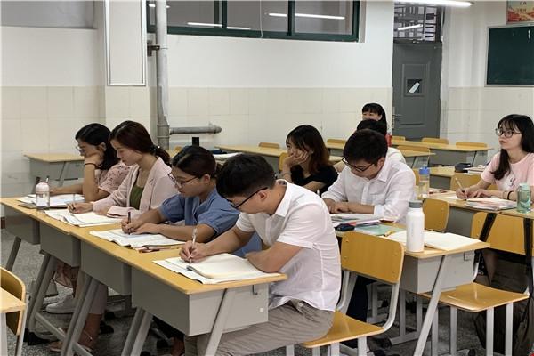 新教师们认真备课、研修.jpg