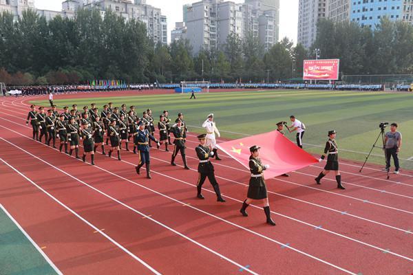 郑州11中举办第88届田径运动会 国旗仪仗队高举五星红旗率先亮相.jpg