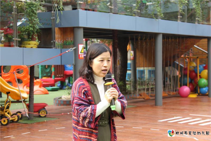 4.演习后,市实验幼儿园保教主任周游莉讲话,提醒孩子们注意安全,将安全问题记在心间.jpg