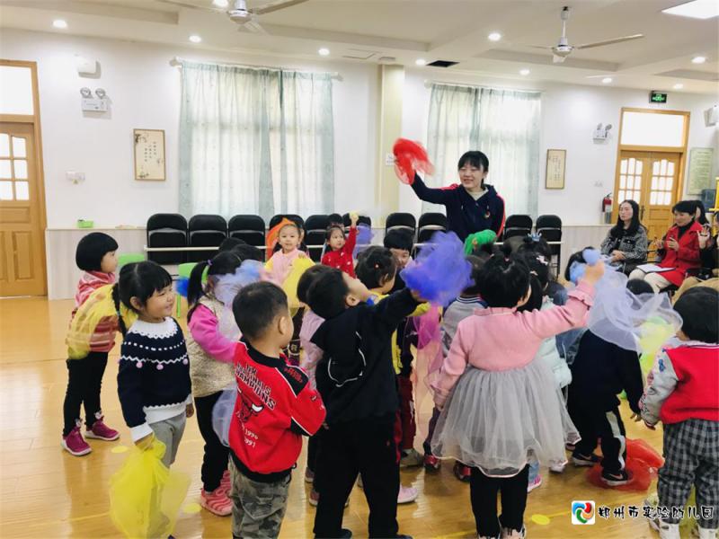图片2.赵莹老师带小朋友玩游戏《咿呀咿呀呦》.png