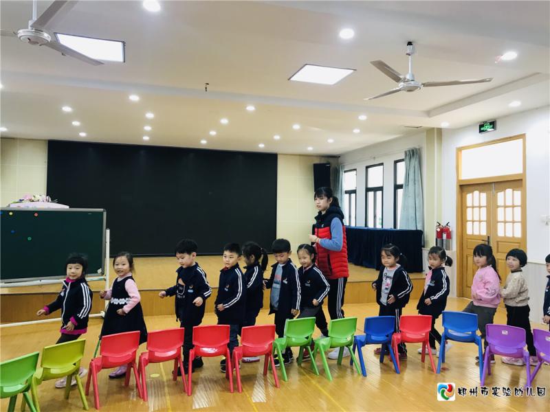 图片4姜晗潇老师带中班小朋友玩音乐游戏《谁是小熊》.png