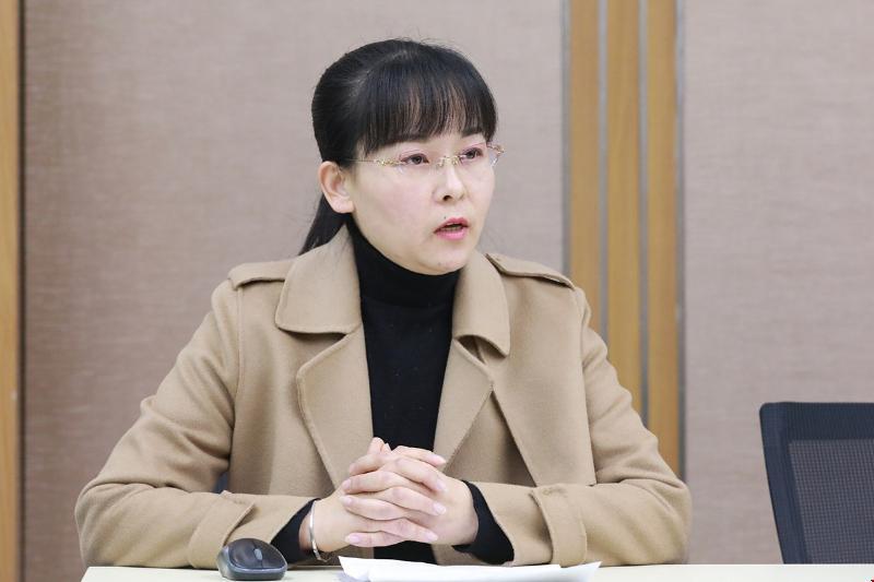 1教科室副主任姜春春主持会议.jpg
