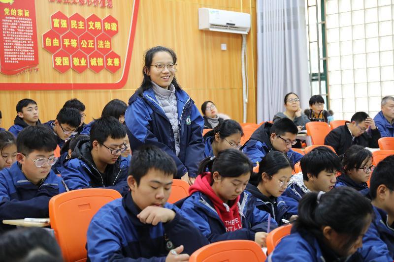 2老师与学生积极互动.JPG