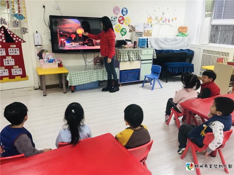 1.老师给孩子讲述新年相关内容.jpg