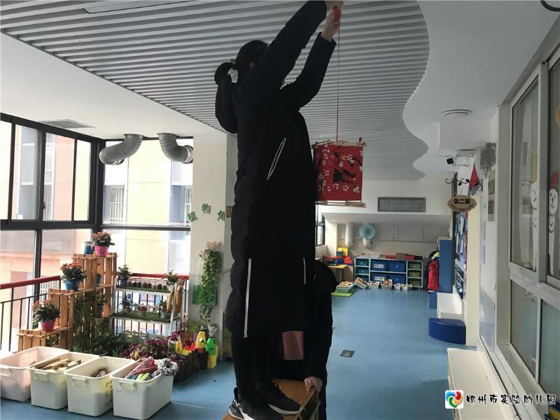 5.教师悬挂新年装饰.jpg