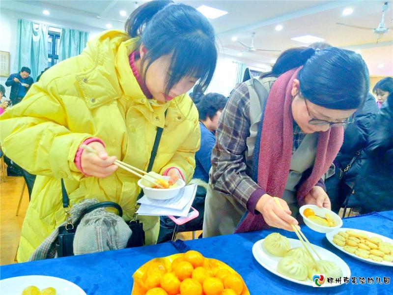 5.家委会成员品尝幼儿园美食.jpg