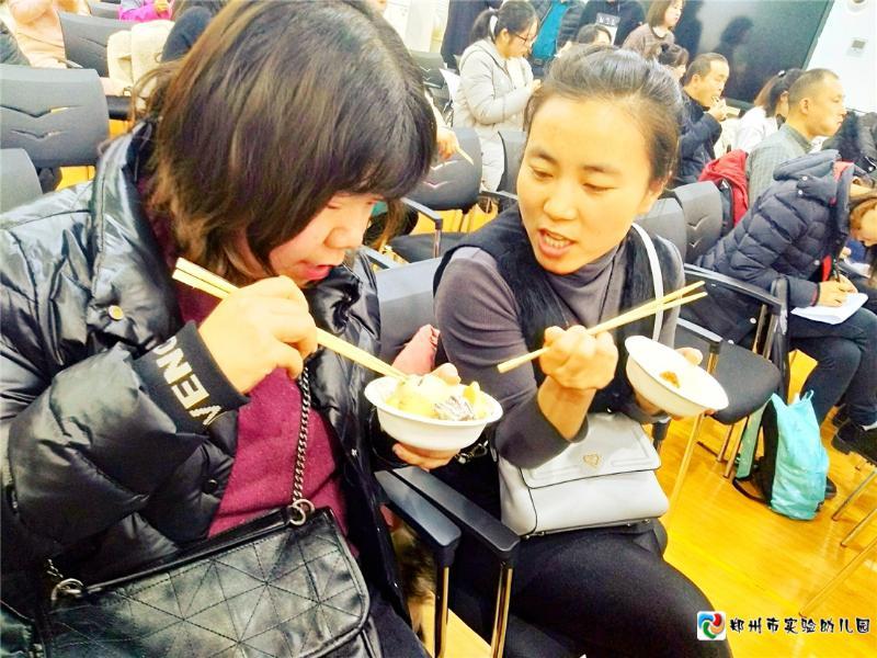 6.家委会成员谈论幼儿园美食的做法.jpg
