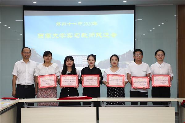 8政教处主任花书喜为获得三等奖的教师颁奖.jpg