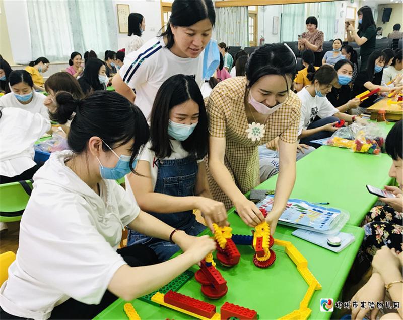 5教师们用自己搭建的小陀螺进行游戏.jpg